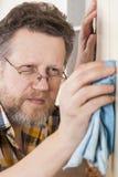 Homme faisant des travaux du ménage Photo stock