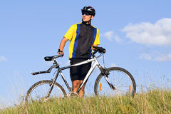 Homme faisant du vélo Photographie stock libre de droits