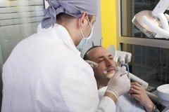 Homme faisant examiner ses dents photos libres de droits