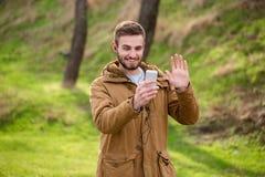 Homme faisant l'appel visuel dehors sur le smartphone Photos libres de droits