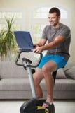 Homme faisant l'exercice à la maison image stock