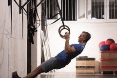 Homme faisant l'exercice de plongement Photographie stock libre de droits