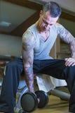 Homme faisant la boucle de concentration - routine de séance d'entraînement Photos stock
