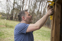 Homme faisant la construction Images libres de droits