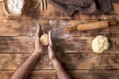 Homme faisant la pâte dans la cuisine Vue supérieure Images stock