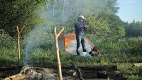 Homme faisant la photo avec l'appareil-photo dans le camping clips vidéos