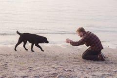 homme faisant la photo de son chien Photographie stock