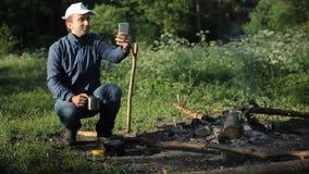 Homme faisant la photo par le smartphone dans le camping banque de vidéos