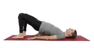Homme faisant la pose de pont dans le yoga Image stock