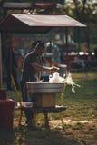 Homme faisant la soie de sucrerie Image stock