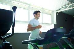 Homme faisant le cardio- programme de formation au centre de fitness Photo libre de droits