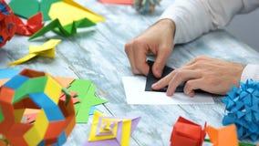 Homme faisant le cygne noir d'origami photo libre de droits