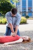 Homme faisant le massage de coeur Images stock