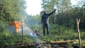 Homme faisant le selfie avec l'appareil-photo dans le camping banque de vidéos