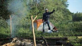 Homme faisant le selfie avec l'appareil-photo dans le camping clips vidéos