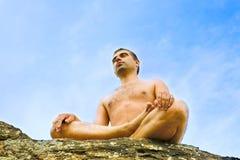 Homme faisant le yoga Image libre de droits