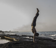Homme faisant le yoga Photographie stock libre de droits