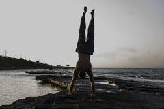Homme faisant le yoga Images stock