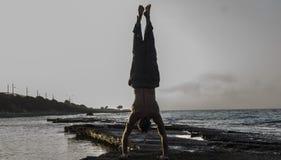 Homme faisant le yoga Image stock