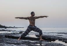 Homme faisant le yoga Photo stock