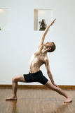 Homme faisant le yoga - verticale Photo stock