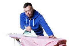 Homme faisant les travaux domestiques Photos libres de droits