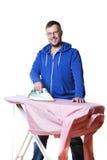 Homme faisant les travaux domestiques Images stock