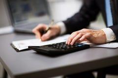 Homme faisant sa comptabilité photos stock