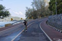 Homme faisant un cycle en descendant sur la route Image libre de droits