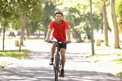 Homme faisant un cycle par le parc photo libre de droits