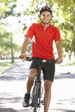 Homme faisant un cycle par le parc Photos stock