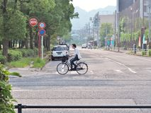 Homme faisant un cycle sur la rue Image stock