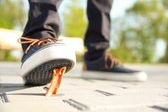 Homme faisant un pas dans le chewing-gum sur le trottoir Photographie stock