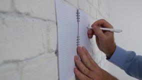 Homme faisant un plan d'action traçant un diagramme et écrivant à l'ordre du jour sur le mur de bureau clips vidéos