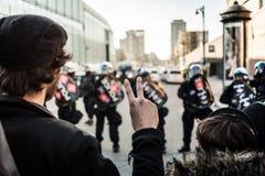 Homme faisant un signe de paix devant des cannettes de fil Photos stock