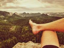 Homme faisant une pause en nature et regardant du sommet vers le bas photo libre de droits