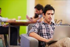 Homme faisant une pause fonctionnant dans le studio de conception Images libres de droits