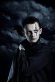 Homme fantasmagorique avec la corneille Photo stock