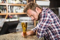 Homme fatigué ayant une bière photo libre de droits