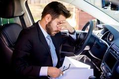 Homme fatigué dans une voiture image libre de droits