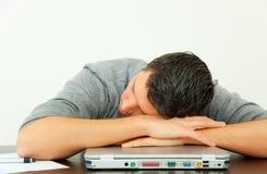 Homme fatigué de bureau Photographie stock libre de droits