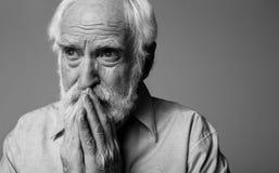 Homme fatigué effrayé émotif exprimant la tristesse et l'espoir Photos stock