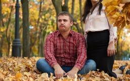 Homme fatigué en parc de ville d'automne émotion malheureuse images stock