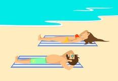 Homme fatigué et femme se trouvant sur les serviettes rayées sur la plage au bord de la mer Photos stock