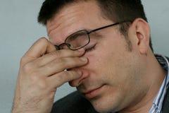 Homme fatigué et somnolent Image libre de droits