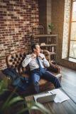 Homme fatigué réfléchi enlevant le lien Photos stock