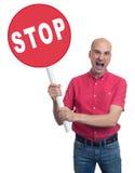 Homme fâché tenant un signe d'arrêt D'isolement Image stock