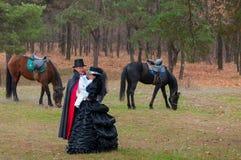 Homme, femme et chevaux image stock