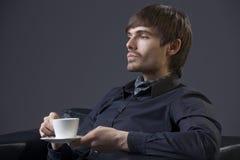 Homme fier avec du café de cuvette Photographie stock