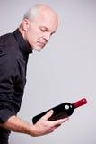 Homme fier de fabricant de vin avec une bouteille photographie stock